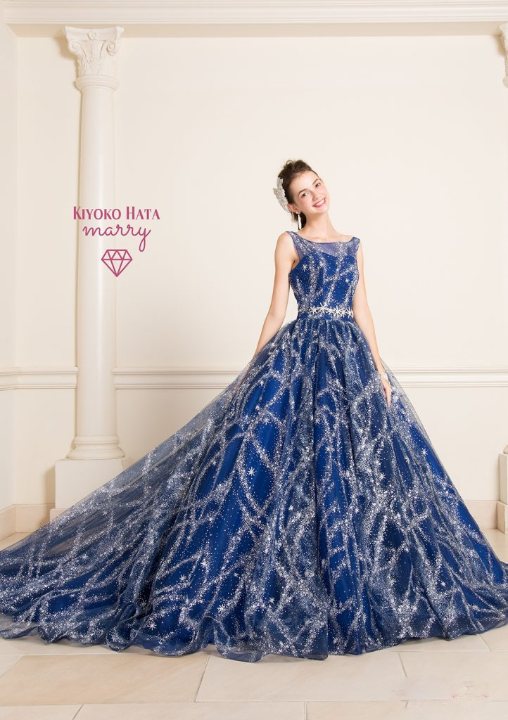 深みのあるネイビーに散りばめられたグリッターがキラキラと輝くドレス